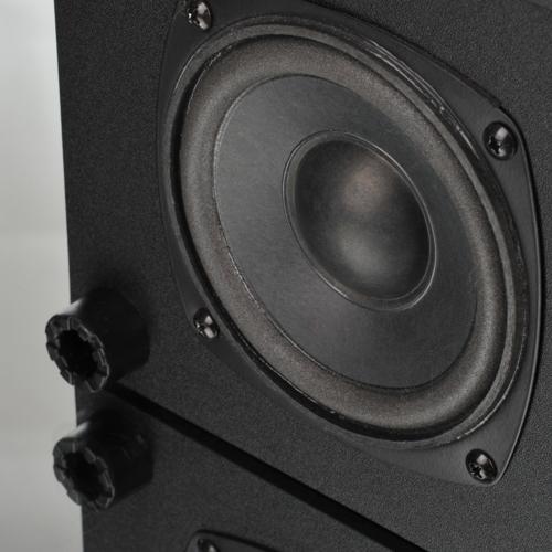 Microlab M-100 có loa bass nằm dưới đáy thân loa